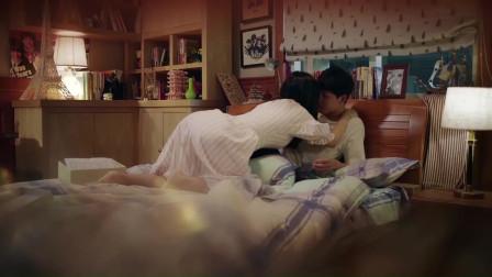 美女喝醉了把小伙扑倒在床上,两人正欲亲吻,