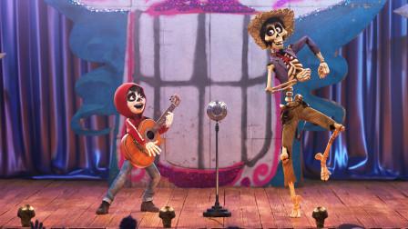 墨西哥男孩爱音乐却没钱,几经周转,最终完成