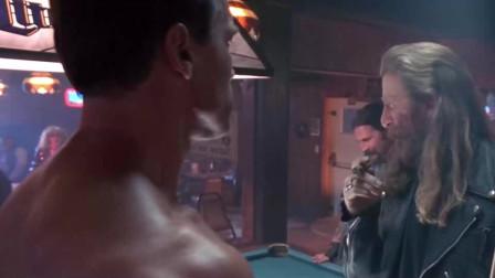 男人赤裸来到酒吧,美女看到后都惊呆了,好强