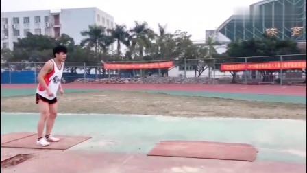飞人般的高中体育生的三步跳远,轻轻松松跳出