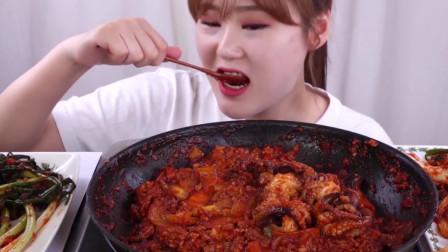 韩国美女吃辛辣八脚鱼炒饭,配着菲菜和泡菜吃