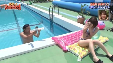日本美女泳池边拍写真,没想到却被泳池里突然