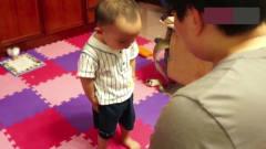 小威爱搞笑:宝宝犯错被爸爸罚站,下一秒父子