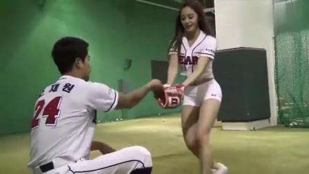 """韩国美女用""""朝天蹬""""姿势,为棒球赛开球,画"""