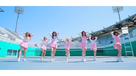 美女舞团体育馆跳的舞蹈很美,喜欢兔子小姐姐
