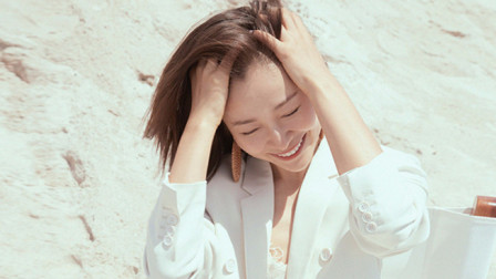 美而有力量!江一燕海边白西装写真尽显阳光气质
