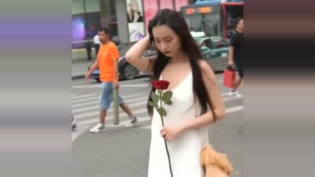 街拍:遇到冷酷小姐姐,身穿白色吊带裙,好美