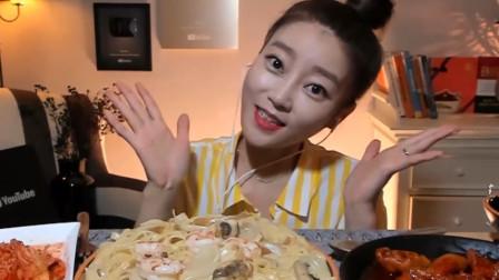 韩国美女主播,自制奶油海鲜意面配辣鸡爪,大