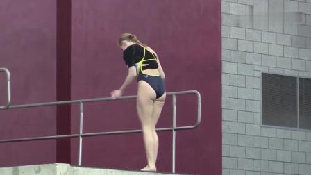美女倒立跳水失误,准备动作就直接翻过去了,