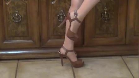 棕色15cm高跟鞋展现了紧实美腿迷人线条,可爱撩