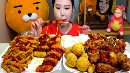 韩国美女吃米糕和薯条,配着年糕串,大口吃的