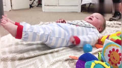 国外萌宝搞笑,宝宝这么小就做俯卧撑,旁边的