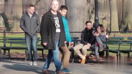 国外搞笑视频:小伙爆笑恶搞真的笑炸了笑哭了