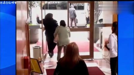 国外恶搞视频!酒店门没有玻璃,路人纷纷中招