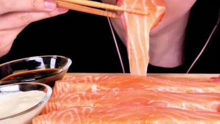 韩国美女吃播试吃生三文鱼片,这么大片吃着不