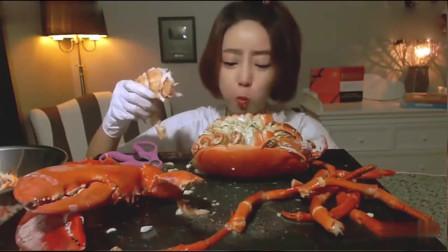 韩国美女吃海鲜大龙虾,用虾肉蘸着虾头里面的