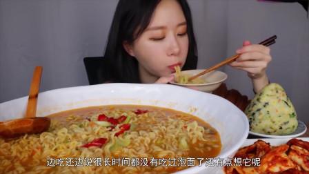 韩国美女大胃王吃一大碗超辣泡面,大口大口的