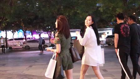 三里屯街拍:夜晚,偶遇两个高颜值的筷子腿美女,是什么感觉?