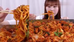 韩国美女吃货主播,吃泡菜炒米粉,内容丰富看着就很香
