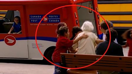 """熊孩子街头恶搞:当街将老人""""掳""""上救护车?"""