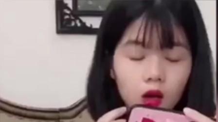 陈三废看搞笑视频,碰到正在涂口红的老婆,悲