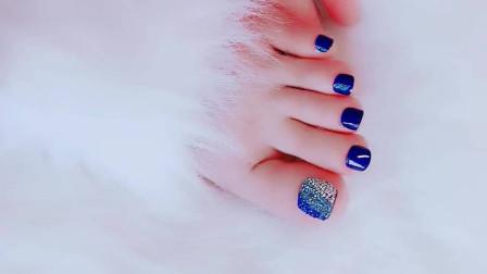 美女脚模的生活自拍:蓝色的美甲更加衬肤色,