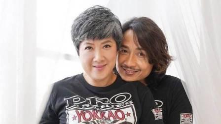 51岁男星晒52岁妻子孕照,头发花白沧桑
