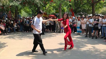 小毅老师和平旭老师在陶然亭表演吉特巴,音乐