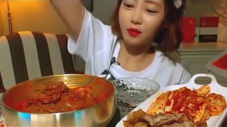 韩国美女吃拌冷面,五花肉泡菜和宽粉,只是有