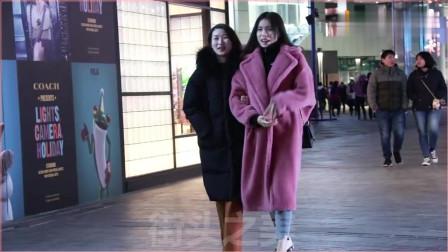 摄影:三里屯街拍,拿着奶茶的大衣妹子,好身材穿大衣很好看
