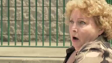 """国外恶搞:大妈为""""救""""大爷,一下将其推到河"""