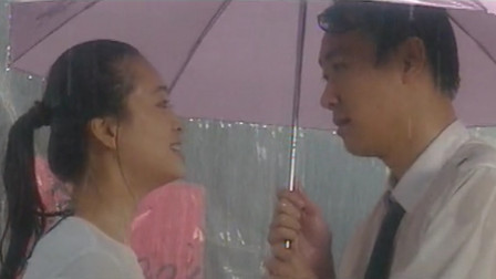 小哥和美女雨中玩浪漫,这绝对是撩妹高手,在