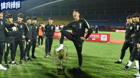 日本球迷炮轰踩奖杯球员:下等民族!垃圾韩国