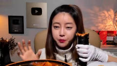 韩国女主播吃辣年糕,一吃就整盘,还要加码