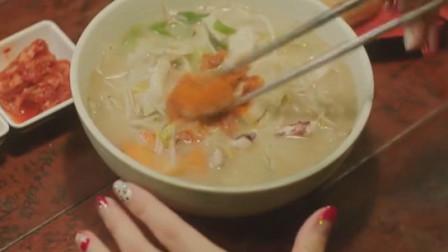 一起用餐吧:美女一个人在外面吃拉面,韩国的