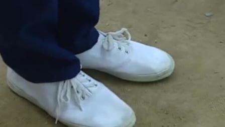 母亲给儿子买新鞋,明明正合适,儿子却说鞋挤脚,背后原因太心酸
