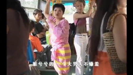 大妈在公交车上嫌弃农民,不料美女直接把她裙