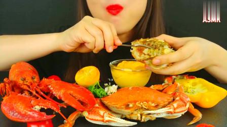韩国美女吃清蒸海鲜,大龙虾+大螃蟹肉蘸上芝士