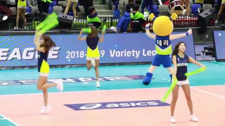 韩国排球联赛中美女啦啦队伴随着TFBOYS的《宠爱