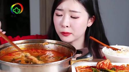 韩国美女大胃王吃牛肚火锅,连汤都不放过,超