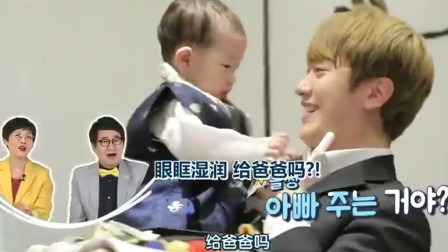 """做家务的男人:赞儿周岁宴上抓到鼓槌,崔珉焕超开心:""""不愧是我儿子""""!"""