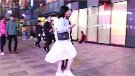 摄影:三里屯街拍,豹纹裙搭牛仔外套,好看小姐姐真的可以随便搭配