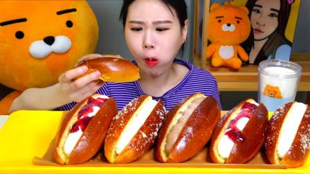 韩国美女挑战吃6个大号夹心面包,几口吃完一个