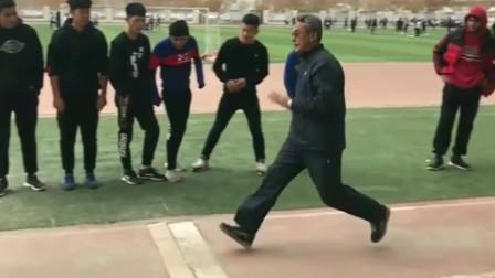56岁的体育老师,一展身手跳远,真是宝刀未老啊