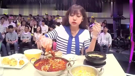 韩国直播美女姐姐教你吃鸡爪,鸡爪一进口出来