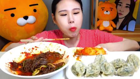 韩国吃播美女卡妹吃凉拌面,一人吃两大锅,真