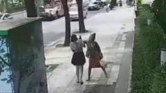 短裙美女下班遭老婆婆暴打,监控拍下全过程!