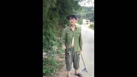 广西老表搞笑视频_许华升拿刀向村民跑去,结果