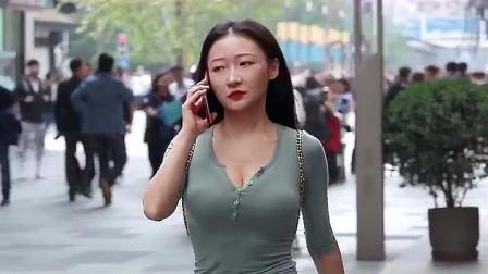 街拍:丰腴有肉感的时尚少妇,让人过目不忘