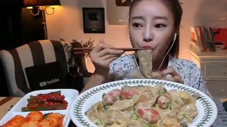 吃播:韩国大胃王美女吃大碗宽面,还有好吃的